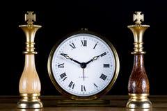 Chessmen med den gammala klockan Royaltyfri Fotografi