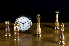 Chessmen med den gammala klockan Arkivfoton