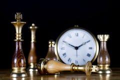 Chessmen med den gammala klockan Royaltyfri Bild