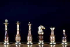 Chessmen på schackbrädet Royaltyfri Bild