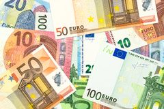 Några 10, 20, 50, 100 eurosedlar arkivfoto