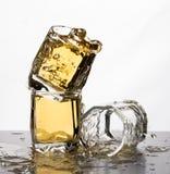 Några exponeringsglas bevattnar rörelse för whisky för spillfärgstänkäppelmust arkivfoton