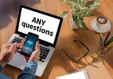 NÅGRA frågor och KLIENTER som KONSULTERAR Arkivfoto