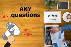 NÅGRA frågor och KLIENTER som KONSULTERAR Arkivbild