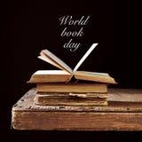 Några gamla böcker och textvärlden bokar dag Arkivfoton