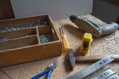Några hjälpmedel för snickare` s Funktionsdugliga hjälpmedel på trätabellen Arkivbilder