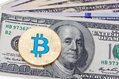 Några hundra dollar sedlar med guld- cruptocurrencybitcoi Royaltyfri Bild