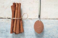 Några kanelbruna pinnar som binds och pudras Fotografering för Bildbyråer