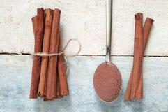 Några kanelbruna pinnar som binds och pudras Royaltyfria Foton