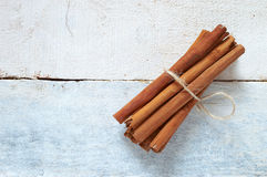 Några kanelbruna pinnar som binds och pudras arkivbild