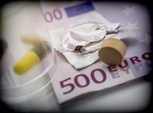 Några mediciner tillsammans med en biljett av 500 euro, Fotografering för Bildbyråer