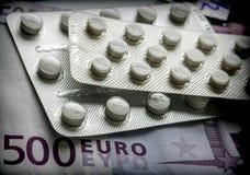 Några mediciner tillsammans med en biljett av 500 euro Royaltyfri Bild