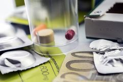 Några mediciner tillsammans med en biljett av 200 euro, begreppsmässig bild Arkivbild
