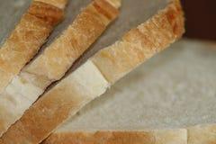 Några nya tunna skivor för vitt bröd royaltyfri fotografi