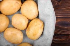 Några organiska, rå och unga potatisar Sund sommarskörd av nya potatisar Okokta och läckra nya grönsaker Arkivfoton