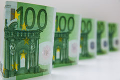 Några pappers- valutor i hundra euro som lokaliseras på en vit bakgrund Royaltyfria Bilder