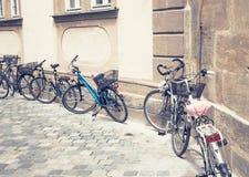 Några parkerade cyklar Royaltyfria Bilder