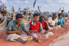 Några personer arbetar i Chaktai den Khal kallade sorgen av den Chittagong staden Royaltyfri Fotografi