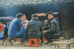 Några personer för etnisk minoritet, på den gamla Dong Van marknaden royaltyfri fotografi