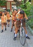 Några skolbarn förbereder sig till kursen in Royaltyfria Foton
