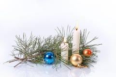 Några stearinljus, julpynt och sörjer filialer, Royaltyfri Fotografi
