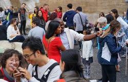 Några turister tar en bild i Trevi-springbrunn i Rome Royaltyfri Bild