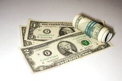 Några USA-sedlar på en vit bakgrund Royaltyfri Bild
