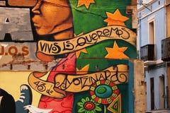 Några väggmålningar dekorerar fasaderna av ett bostads- område av lodisar arkivbilder