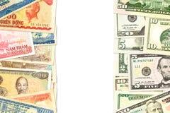 Några vietnamesiska dong sedlar och us-dollar sedlar med att indikera för copyspace handlar förbindelse royaltyfri fotografi