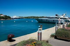 Några yachter förtöjde i marina för Porto Cervo ` s Fotografering för Bildbyråer
