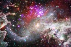 Nébuleuses et étoiles dans l'espace extra-atmosphérique, univers mystérieux rougeoyant Éléments de cette image meublés par la NAS illustration stock