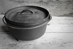 Néerlandais Oven With Old Wooden Background de fonte image stock