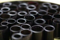 Négatifs d'archives de film dans une boîte ronde en métal Photo stock