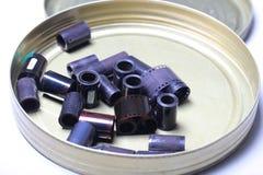 Négatifs d'archives de film dans une boîte ronde en métal Photos stock