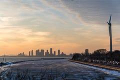 Négligence d'un lac avec une vue de paysage urbain au coucher du soleil Photos stock