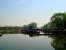 négligence du lac de yanqi et du pavillon dans la distance photo libre de droits