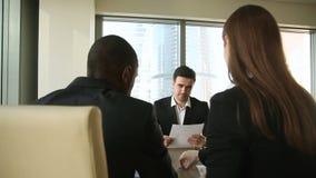 Négociations réussies, entrevue d'emploi, poignée de main d'hommes d'affaires, papiers de signature sur la réunion clips vidéos