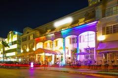 Néon iluminado hotéis do deco da noite de Miami Beach Florida imagem de stock royalty free