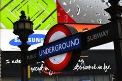 Néon subterrâneo de Piccadilly do sinal do metro de Londres Foto de Stock Royalty Free