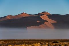 Névoa abaixo das dunas de areia, parque nacional da manhã de Sossusvlei, Namíbia Imagens de Stock Royalty Free