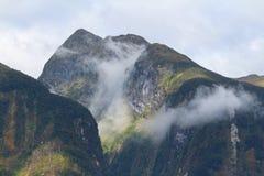 Névoa ao longo do som duvidoso, parque nacional da manhã de Fiordland, ilha sul, Nova Zelândia foto de stock royalty free