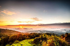 Névoa com a montanha no nascer do sol Imagens de Stock Royalty Free