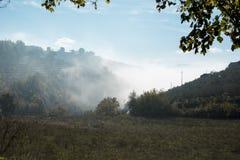 A névoa cresce acima em montes em uma manhã da queda fotografia de stock