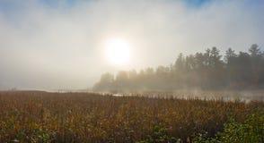 A névoa da manhã aumenta fora da água morna no ar fresco no lago Corry, Ontário, Canadá Fotografia de Stock Royalty Free