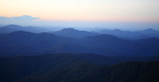 Névoa da manhã da montanha Imagens de Stock Royalty Free