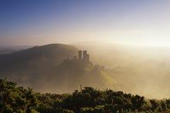 Névoa da manhã da silhueta do castelo fotografia de stock royalty free