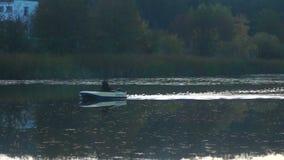 Névoa da manhã do barco do lago video estoque