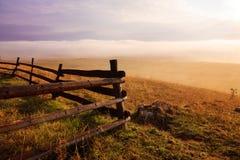 Névoa da manhã e cerca de madeira Fotografia de Stock Royalty Free