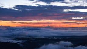 Névoa da manhã e nascer do sol, montanha tropical, penhasco Imagem de Stock