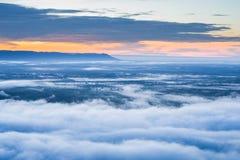 Névoa da manhã e nascer do sol, penhasco, montanha tropical Fotos de Stock Royalty Free